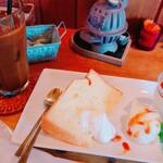カフェ・デ・ヴァレ - ケーキプレート(単品¥400)、アイスコーヒー(単品¥380、セットで100円引き)。 3種のデザートを堪能できます。