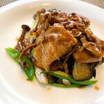 ビストロ ル・ボントン - 鳥モモ肉のソテー キノコとベーコンのフォンドヴォーソース