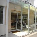 ショコラティエ イナムラショウゾウ - ガラス張りだから中では食べるのは・・