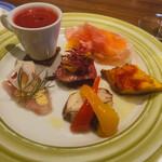 137132023 - 前菜は、熟成生ハム赤肉のメロン、オムレツタコパプリカ、カンパチマスタード、中央シナモン赤キャベツシナモンマリコリンキー(南瓜)、ピーツの冷製スープ。