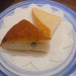 137132055 - ローズマリー風味のフォカッチャとチャバッタ