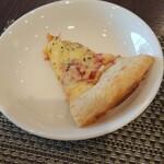 川崎日航ホテル カフェレストラン「ナトゥーラ」 - 燻製チーズとベーコンのピザ