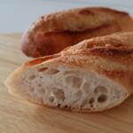 Lotus baguette - バゲットは酸っぱさもなく食べやすい!