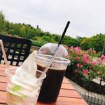 七北田公園軽食喫茶 カスヴィ カフェ - ドリンク写真:アイスコーヒーとソフトクリーム(カップ)