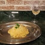 137139187 - スパゲッティ カルボナーラとハウスワイン白