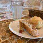 エコモ レストラン - 食べ放題のパン。とってくださいますが、これ以上入る余裕なんてとても。