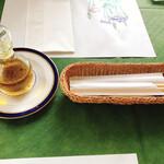 フィレンツェクラブ - オリーブオイルとカトラリー お箸はうれしいサービス
