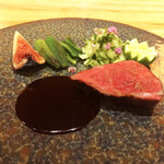 リストランテ ソウ - 和牛いしづちのイチボ。黒いちじくは最近よくみかけます。