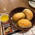 ビーフマン - 先ずは先付け替りのパンが運ばれて来ました、パンは食べ放題ですよ。