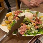 ビーフマン - サラダは温玉シザーサラダ600円を注文してみました。   玉子が絡んでバリウマ。