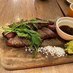 ビーフマン - 御目当てのステーキはコンボ200g1980円。   赤身と霜降りの食べ比べです。