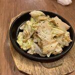 ビーフマン - アンチョビキャベツ480円、アンチョビの塩辛さがお酒にピッタリ。