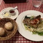 ビストロ パリ 17区 - 自家製パンととりモモ肉のアミ焼き