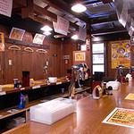 スタ麺 轟 - 明るい屋台風の店内