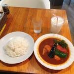 スープカレー カムイ - ポーク野菜カレー 3辛、ライス大盛 1,040円(税抜)と無料サービスのラッシー