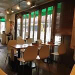 スープカレー カムイ - ガラス際のテーブル席 入口の向こう側のガラス際にはカウンター席があります