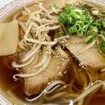 水田食堂 - チャーシュー、メンマ、もやし、定番の具材。 厚く固いチャーシューはこのスープによく合う。 よく見るとさり気なくゴマが振られている(^^)