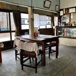 水田食堂 - 店内、店舗中央部〜厨房側。
