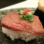 澄家 - 牛肉の炙りに薬味を添えて…。