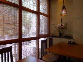 藍の家亭 - テーブル2卓、ランチタイムはまるで個室のように落ち着いている