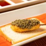 六覺燈 - 料理写真:地鶏笹身の大葉巻き とんぶりのせ