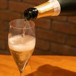 六覺燈 - ドリンク写真:シャンパンつぐところ
