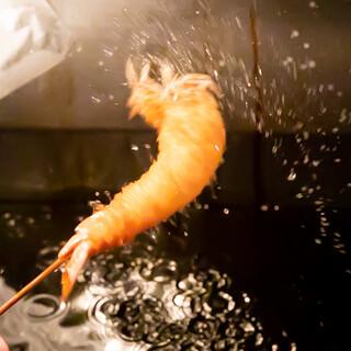 各地の生産者から届く食材を、独自の油と衣、ソースで串揚げに