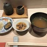 鮨 逸喜優 - お新香、小鉢、味噌汁