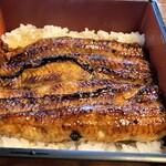 137209168 - 連れの鰻重 白焼きの分小ぶり でもこれが普通サイズより大きいのですよ!
