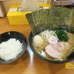 横浜ラーメン てっぺん家 - 料理写真:ラーメン750円、のり玉セット250円