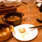 13722771 - 牛タンとオリーブのガーリックオイル煮。ハーフボトルの白ワイン。
