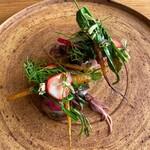 エル・バウ・デコラシオン - 旬の蛸とホタルイカはもちろんおいしいのですが、苺とコリアンダーのサラダが斬新!旨味だけでいただくのが潔い!