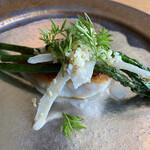 エル・バウ・デコラシオン - 甘鯛(白)春キャベツソース(緑)新ごぼう(白)グリーンアスパラ(緑)ホワイトとグリーンのコントラストが美しい一皿!