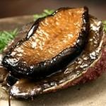 鉄板焼 黒田屋 - 店内の水槽から 身が柔らかく甘みが強い新鮮な蝦夷鮑 肝と一緒にお召し上がりください。