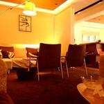 Fresco Caffe - 内観写真:2F ソファー席 予約がオススメです