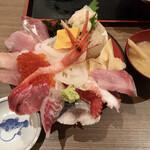 魚がし食堂 中央市場店 - 厚切り海鮮丼