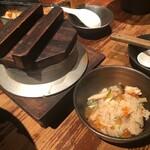 銀しゃりDining灯戸 - 鮭ハラスといくらの釜飯