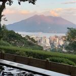 137259591 - 夕陽を浴びる桜島。