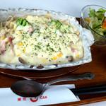 甘 - 「森の木の子のグラタン甘麺」(880円)。これはちゃんとグラタン皿で来るんですね。サラダもついてきました。