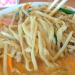 137260738 - はい。天地返しの術~ 麺は他のお店とおんなじだね。辛いはずなんだけどそんなに辛くないですね。普通の濃厚タンメンのスープに唐辛子を足しただけではないかな?花椒(ホワジャオ)はほんとに入ってるの?