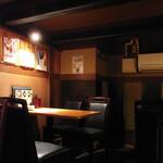 博多満月 - ちょっと閉塞感強めの店内。