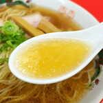 中華そば 竹千代 - スープをすすると、優しい「甘さ」が口の中に広がる。京都の竹岡醤油を使用