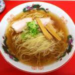 中華そば 竹千代 - 中華そば(¥800)。利尻昆布と薄口醤油、豚の茹で汁、長野のどんこ椎茸。それぞれの旨味成分を引き出してブレンド