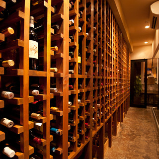 常時119種類のワインが揃うワインセラー!