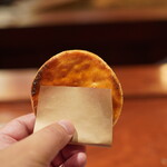 とっぴんぱらりのぷ - 手焼き煎餅(醤油味):安藤醸造元の醤油を使用