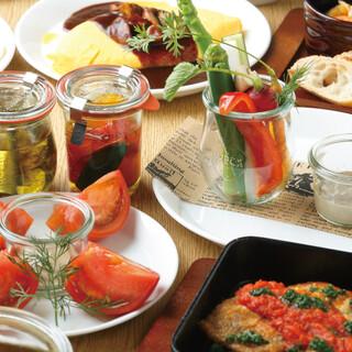 幅広い品揃えのお酒とお酒が進む豊富な多国籍料理
