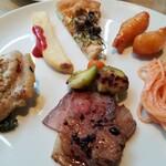 ガーデンレストラン オールデイ ダイニング - メイン。手前が牛肉料理、左側が豚肉料理。タラコパスタも美味しかった~♪