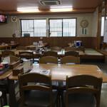 お食事処 丸徳 - 4人掛けテーブル席が7〜8卓ぐらい?