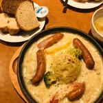 137309417 - ドイツソーセージとマッシュポテトグラタン、ドイツパン