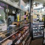 伊藤精肉店 - 冷蔵ケースもなんか懐かしい